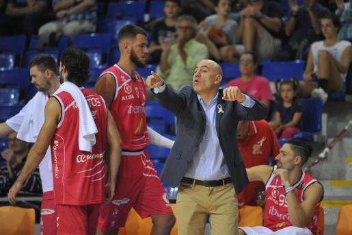 El técnico del Iberojet Palma, Félix Alonso, da instrucciones durante un partido en Son Moix.
