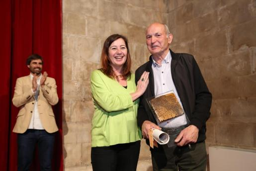 La presidenta del Govern, Francina Armengol, entregó el galardón a Gabriel Gomila.