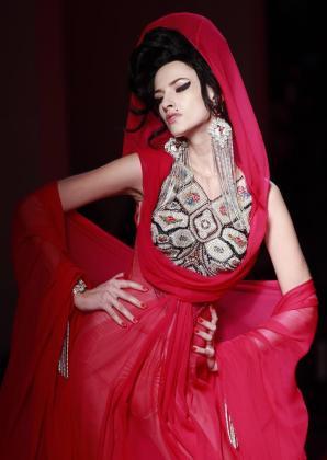 Una modelo luce una creación del diseñador francés Jean-Paul Gaultier durante el desfile de alta costura para el verano 2012 en la Semana de la Moda de París, Francia.