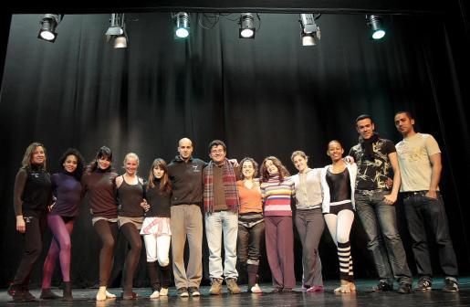 El equipo de 'Arrels' posó ayer en el Teatre d'Alaró durante los ensayos de la mañana.