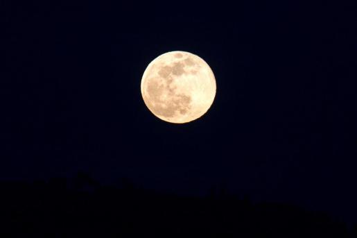 Imagen de archivo de la superluna de febrero sobre la ciudad de Ourense.