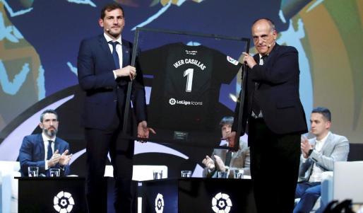 El portero Iker Casillas y Javier Tebas, presidente de LaLiga, en la presentación del nuevo proyecto LaLiga Icons en Madrid.