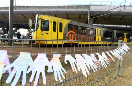 Manos blancas con escritos en memoria de las víctimas.