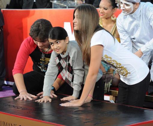 """De izquierda a derecha, Prince, Blanket y Paris Jackson imprimen sus huellas sobre cemento durante una ceremonia en honor a su padre, el """"rey del pop"""" Michael Jackson, en el Teatro Chino Grauman en Hollywood."""
