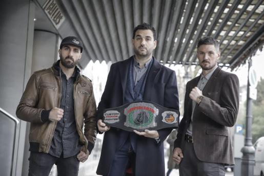 Jon Martínez, Néstor Domínguez y Sean Pendry, con el cinturón de campeón que Balears que se pondrá en juego el sábado.