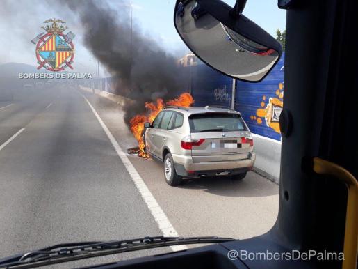 Un coche en llamas ha provocado largas retenciones en la Vía de Cintura.