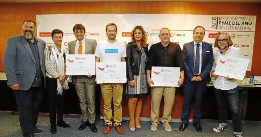 El ganador y los finalistas del pasado año junto a representantes de entidades convocantes.
