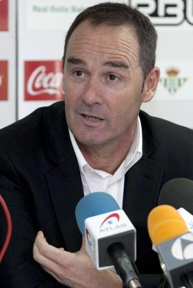 Imagen del técnico del Real Zaragoza, Víctor Fernández, durante una rueda de prensa.