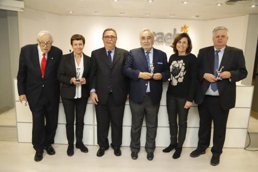 Tummy Bestard, Carmen Serra, Miguel Artigues, Roberto Alcalde, Paula Serra y Rafael Roig posaron, una vez finalizó el acto, con los galardones recibidos de la Asociación Balear de Agroturismo. La entrega de premios tuvo lugar en el en el salón de actos de la patronal CAEB.