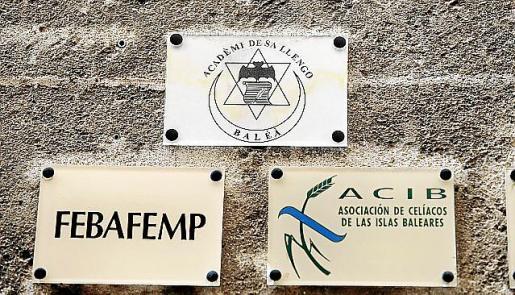 La placa de la 'Acadèmi de sa Llengo Baléà' en el casal.
