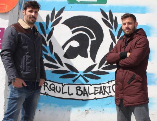 Los jugadores del Atlético Baleares Marcos Jiménez de la Espada y Kike López posan en Son Malferit.