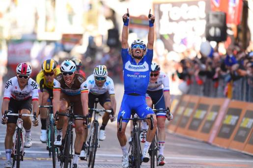 Julian Alaphilippe celebra su victoria en la meta de San Remo.