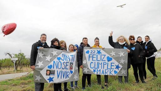 El paso de la avioneta y familiares y amigos de Mark Smith, el viernes, en el Camí Vell de Muro.