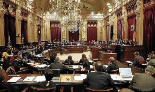 Panorámica de la Sala de las Cariátides del Parlament durante un pleno de la Cámara.
