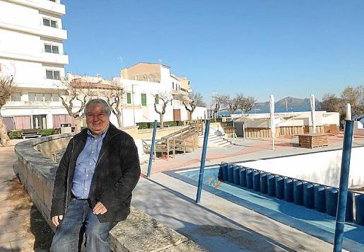 El alcalde de Santa Margalida, Joan Monjo, junto a la piscina.