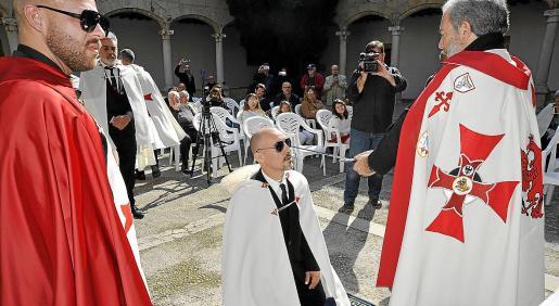 Uno de los postulantes en el momento de ser elevado a Caballero de la Orden.