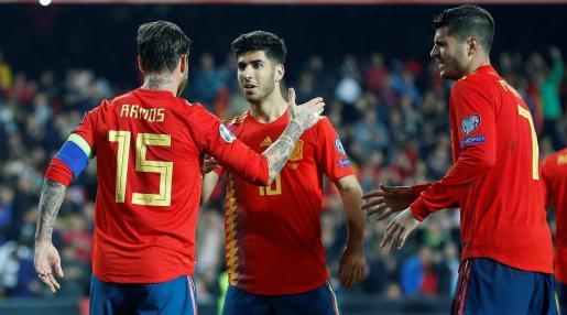 Los jugadores de la selección española Sergio Ramos, Marco Asensio y Álvaro Morata, celebran el segundo gol del combinado español durante el encuentro de clasificación para la Eurocopa 2020 disputado frente a Noruega en el estadio de Mestalla.