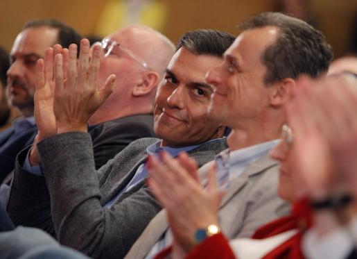 El presidente del Gobierno y secretario general del PSOE, Pedro Sánchez, junto al ministro de Ciencia y Universidades y candidato del PSOE al Congreso por Alicante, Pedro Duque, un acto político del PSOE.