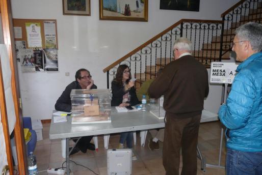 Varias personas votando en las pasadas elecciones generales en un colegio electoral de Mallorca.