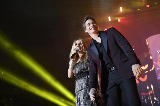 Los cantantes Marta Sánchez y Carlos Baute, durante su actuación en el concierto solidario La Noche de Cadena 100.