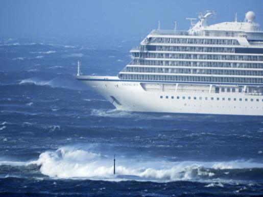 El crucero noruego averiado con un millar de pasajeros a bordo vuelve a navegar y suspenden la evacuación.