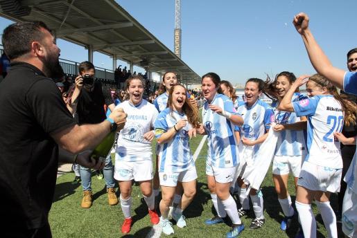 Las jugadoras del Atlético Baleares celebrando el ascenso.