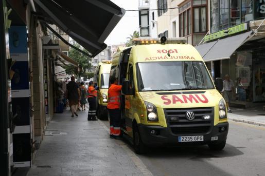La técnica fue atendida por sus compañeros del 061. Imagen de archivo de varias ambulancias del 061.