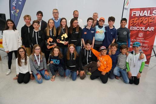 Los mejores en las Finales Escolares de Optimist posan con sus trofeos y medallas y las autoridades.