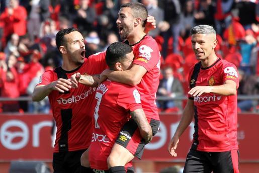 Aridai alza a Dani Rodríguez, en presencia de Sastre y Salva Sevilla, en la celebración de un gol del Real Mallorca.