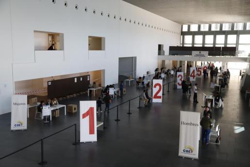 Los ecuatorianos residentes en Baleares acudieron al Palacio de Congresos de Palma para votar.