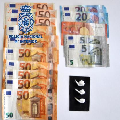 El dinero y la droga incautados al detenido.
