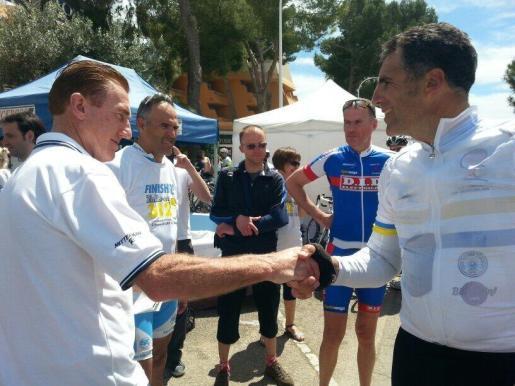 Sean Kelly y Miguel Indurain se saludan durante una pasada edición de la Mallorca 312.