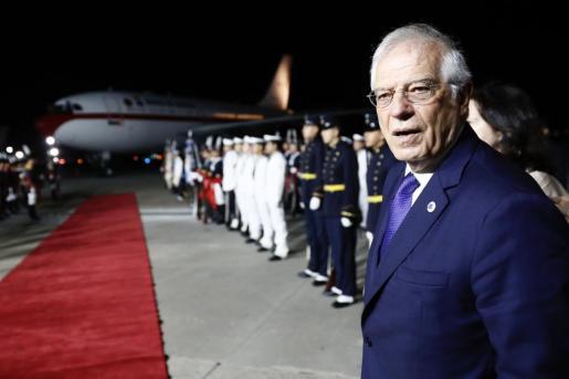El ministro de Asuntos Exteriores español, José Borrell, espera en pie de pista que los reyes de España bajen de su avión tras su arribo este domingo a Buenos Aires.