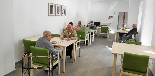 Los primeros usuarios ya utilizan el edificio tras la reforma en distintos espacios del conjunto, como el tejado, el patio o las salas de la planta baja y el primer piso.