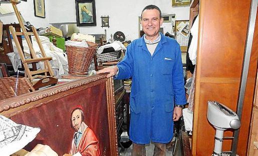 Jeroni Bisbal, rodeado de objetos y «pequeños tesoros».