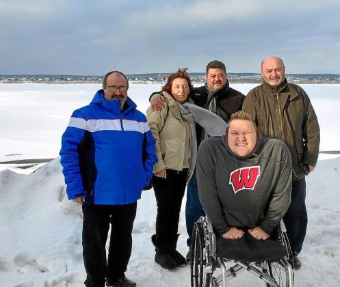 Sergi Roig, junto a su padre, Sebastià (a la derecha), y los amigos de la familia Roig Alzamora (Bernat, Margalida y Jaime) en el helado río Tom, en la ciudad de Tomsk.