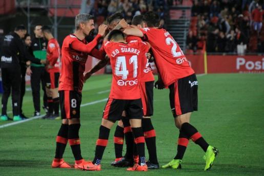 Los jugadores del Real Mallorca felicitan al central Antonio Raíllo tras lograr el tanto que ha abierto el triunfo ante el Real Zaragoza en Son Moix.