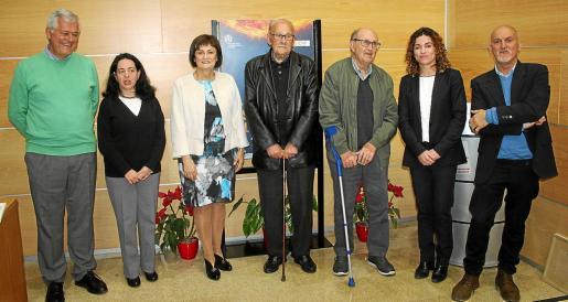 Los galardonados y Alicia Sintes posan con su diploma junto a las autoridades de la Aemet y Rosario Sánchez.