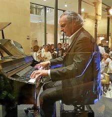 Biel Durán al piano recuerda a Paco de Lucía