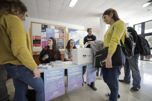 Imagen de un momento del referéndum sobre la monarquía celebrado en la UIB.
