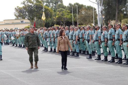 La ministra de Defensa, Margarita Robles, acompañada por el Jefe del Estado Mayor del Ejército de Tierra, Francisco Javier Varela Salas, pasa revista a la tropa a su llegada a la base militar de la Legión en Viator en Almería.
