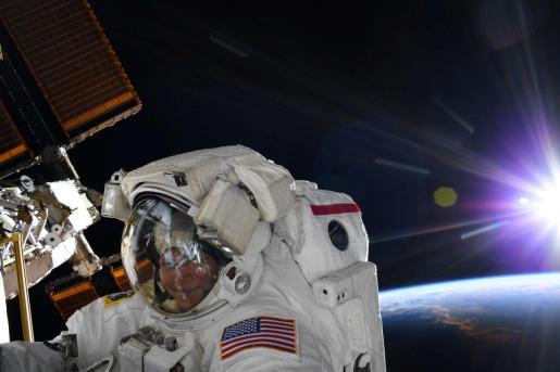 La astronauta Anne McClain durante una caminata por el espacio.