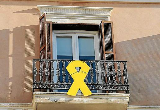 Lazo amarillo en la fachada del Parlament.