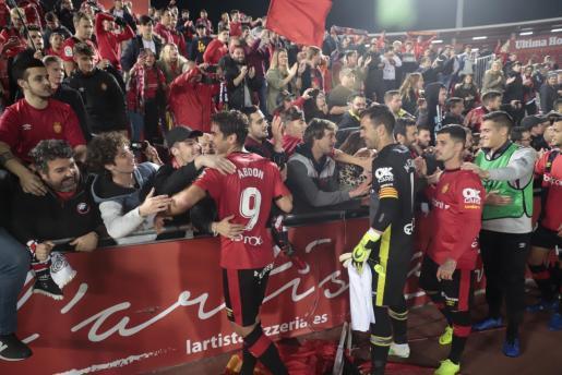 Los jugadores del Real Mallorca celebran con los aficionados la victoria conseguida ante el Real Zaragoza en Son Moix.