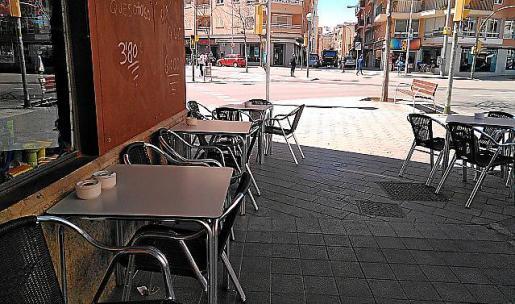 Imagen de una terraza con las mesas pegadas a la fachada.