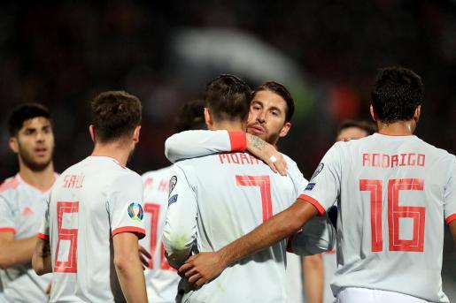 Alvaro Morata (c, adelante) de España celebra con su compañero de equipo Sergio Ramos (2-d) tras anotar un gol durante el partido de clasificación para la Eurocopa 2020 de la UEFA entre Malta y España.