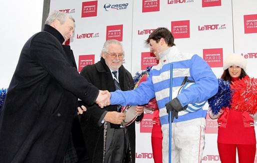 Joan Llabata premia a Eric Raffin.