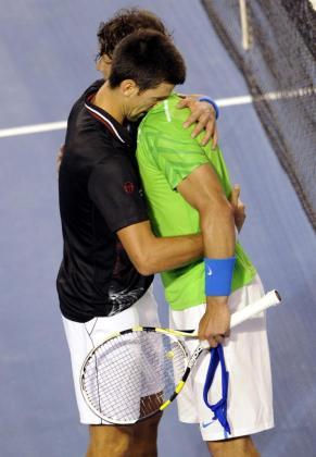 El tenista español Rafa Nadal (i) y el serbio Novak Djokovic se abrazan después de la final del Abierto de Australia que disputaron en Melbourne, Australia, hoy, domingo 29 de enero de 2012. Djokovic se impuso a Nadal por 6-7, 6-4, 7-6, 6-7 y 6-4 en la final más larga en la historia de los torneos de Grand Slam, con una duración de 5 horas y 53 minutos.