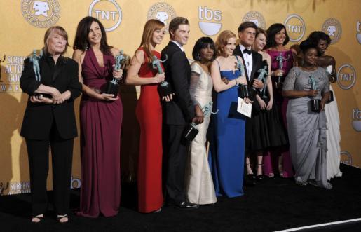 """El reparto de """"The Help"""" posa con su premio a mejor elenco en una película."""