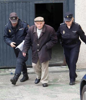 El hombre de 79 años que rayaba coches en el momento de su arresto.